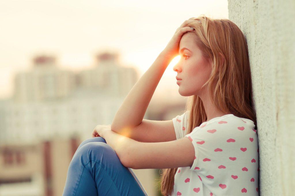 בחורה צעירה יושבת בסטרס