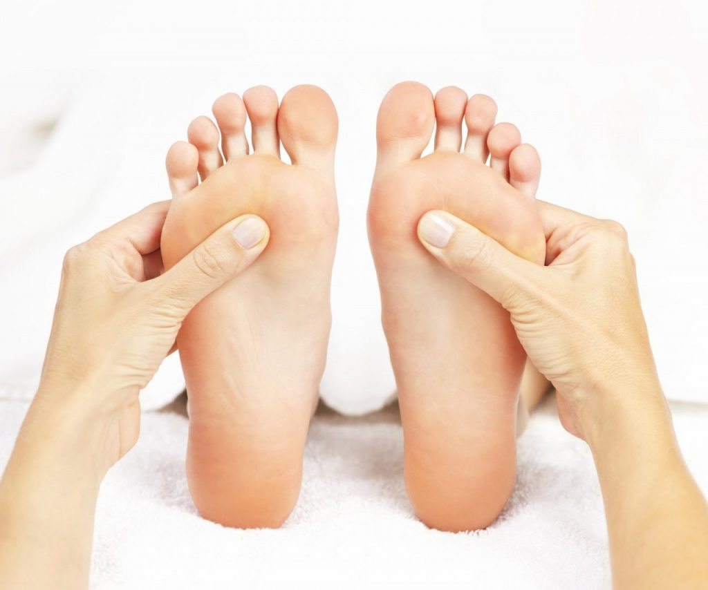 ידיים מעסות כפות רגליים