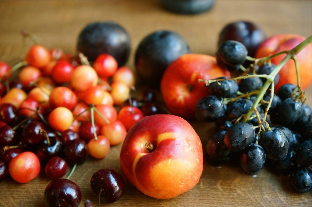 פירות אדומים על שולחן